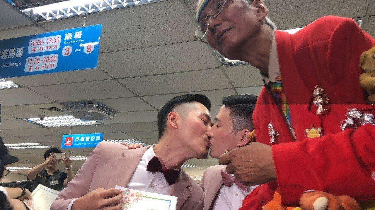 小銘、小玄今天結婚,由祁家威(右)證婚。記者何定照/攝影
