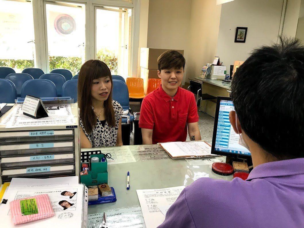 同婚登記今天開跑,新竹縣首對登記的同性配偶凌夢婷(右)、陳怡君(左),一早便前往...