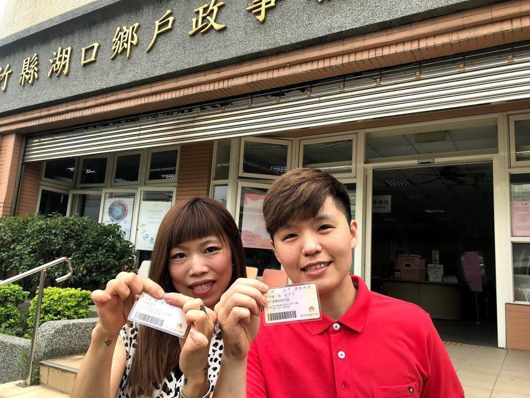 同性配偶凌夢婷(右)、陳怡君(左)終於在今天完成「結婚」這件人生大事,身分證配偶...