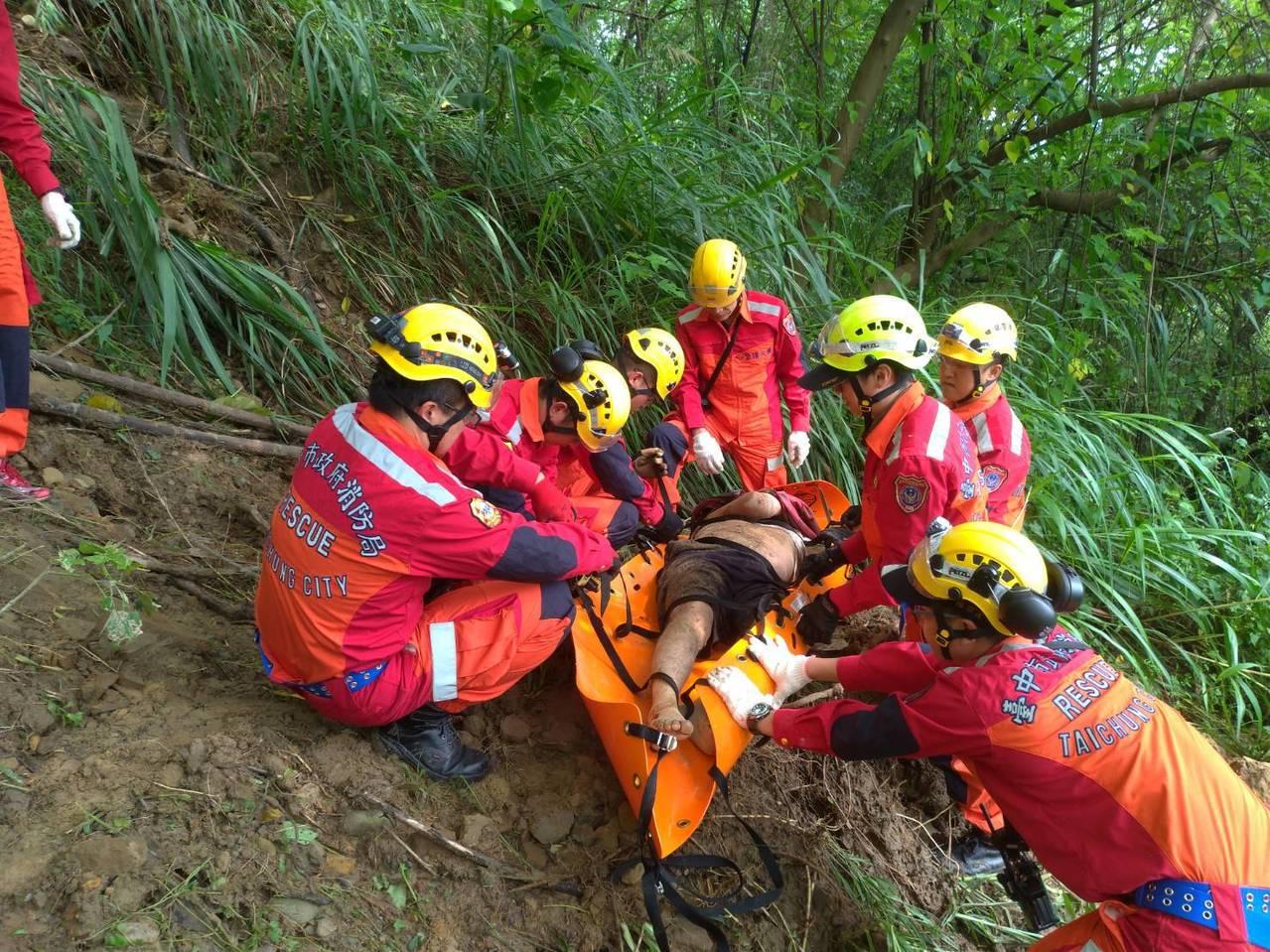49歲男子疑似滑落大甲溪畔,救難人員到場後已無呼吸心跳。圖/台中市消防局提供