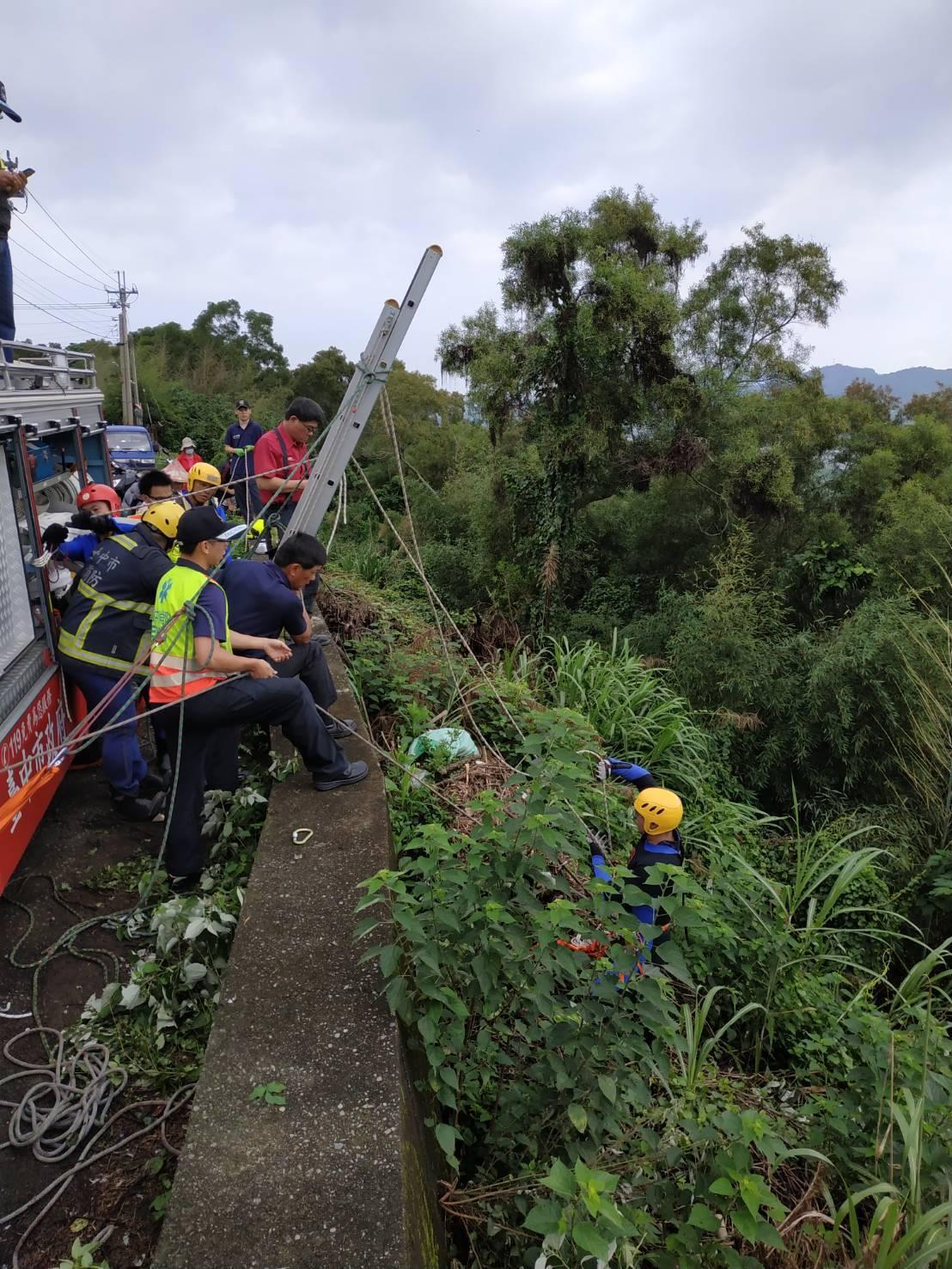 49歲男子疑似滑落大甲溪畔,救難人員吊掛到山坡上方送醫急救。圖/台中市消防局提供