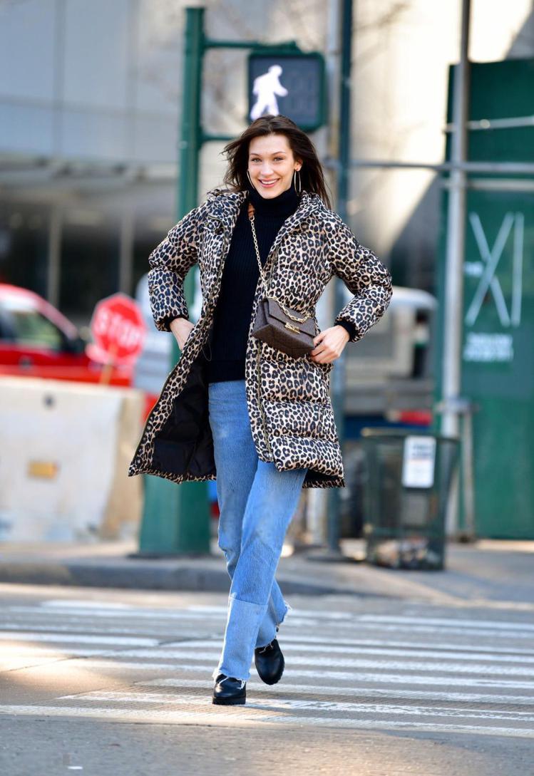 貝拉哈蒂德穿豹紋外套搭配駝色CECE迷你鍊帶包,難得笑得這麼燦爛。圖/MICHA...