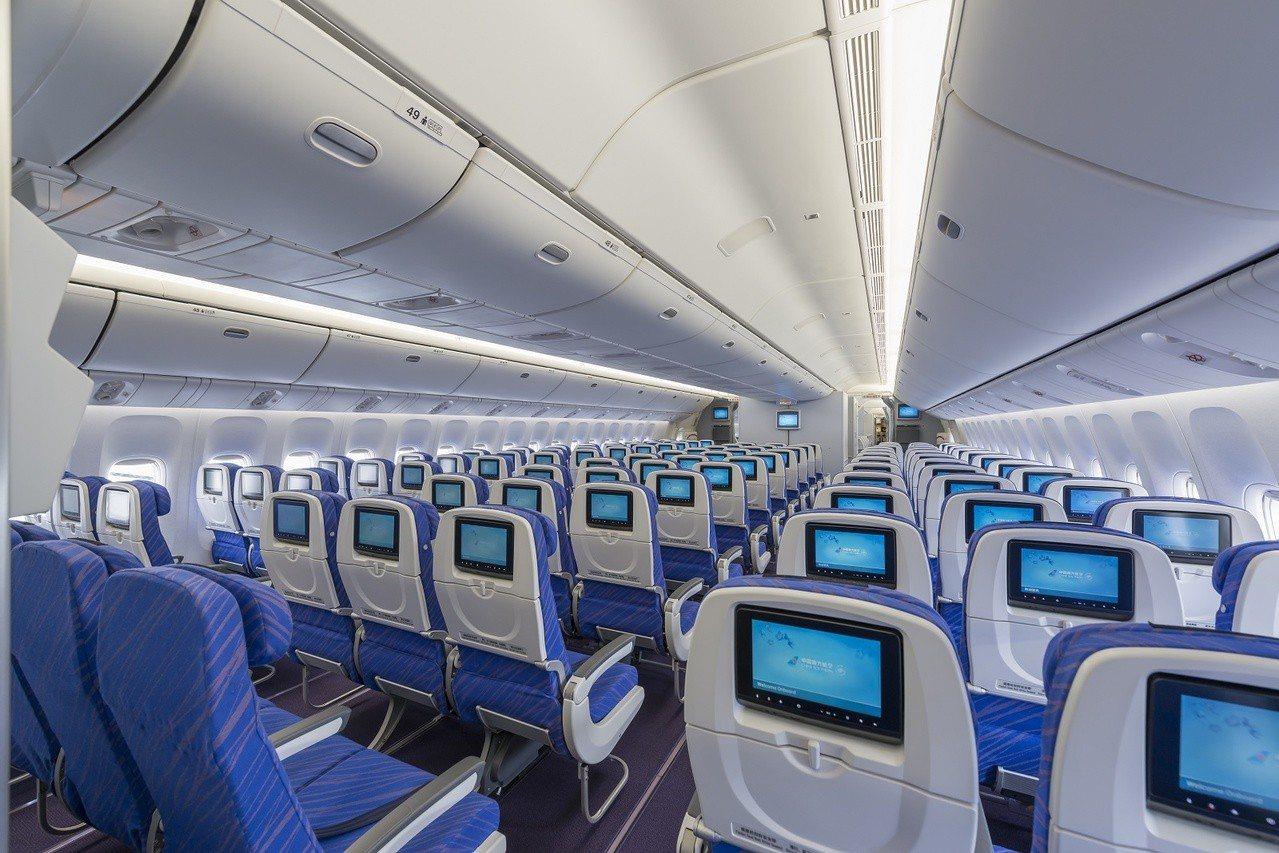7月起,南航台北往返上海及廣州兩條航線皆用寬體機執飛,全機提供個人娛樂系統。圖/...
