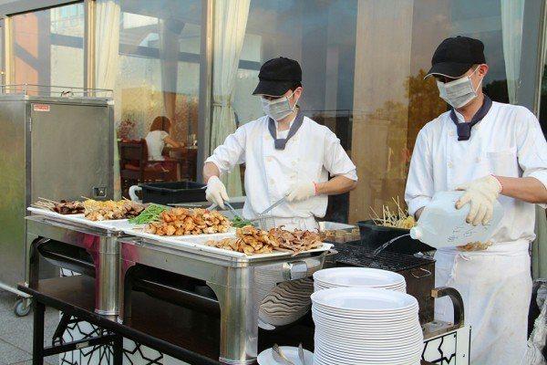 夏夜戶外音樂派對BBQ 由主廚團隊現烤服務。圖/南方莊園提供