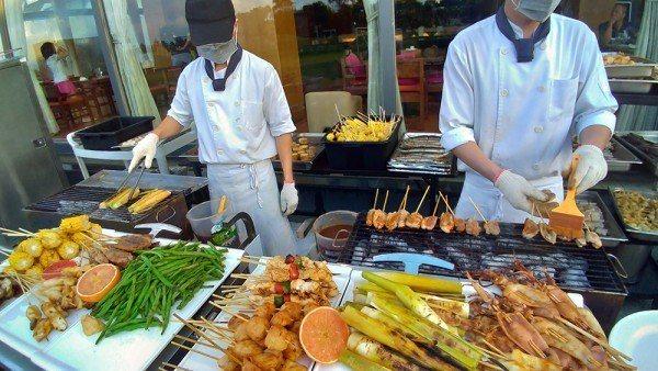 現烤供應肉肉控最愛的牛小排肉、農場有機鮮蔬沙拉等多種佳餚全都饗無限。圖/南方莊園...