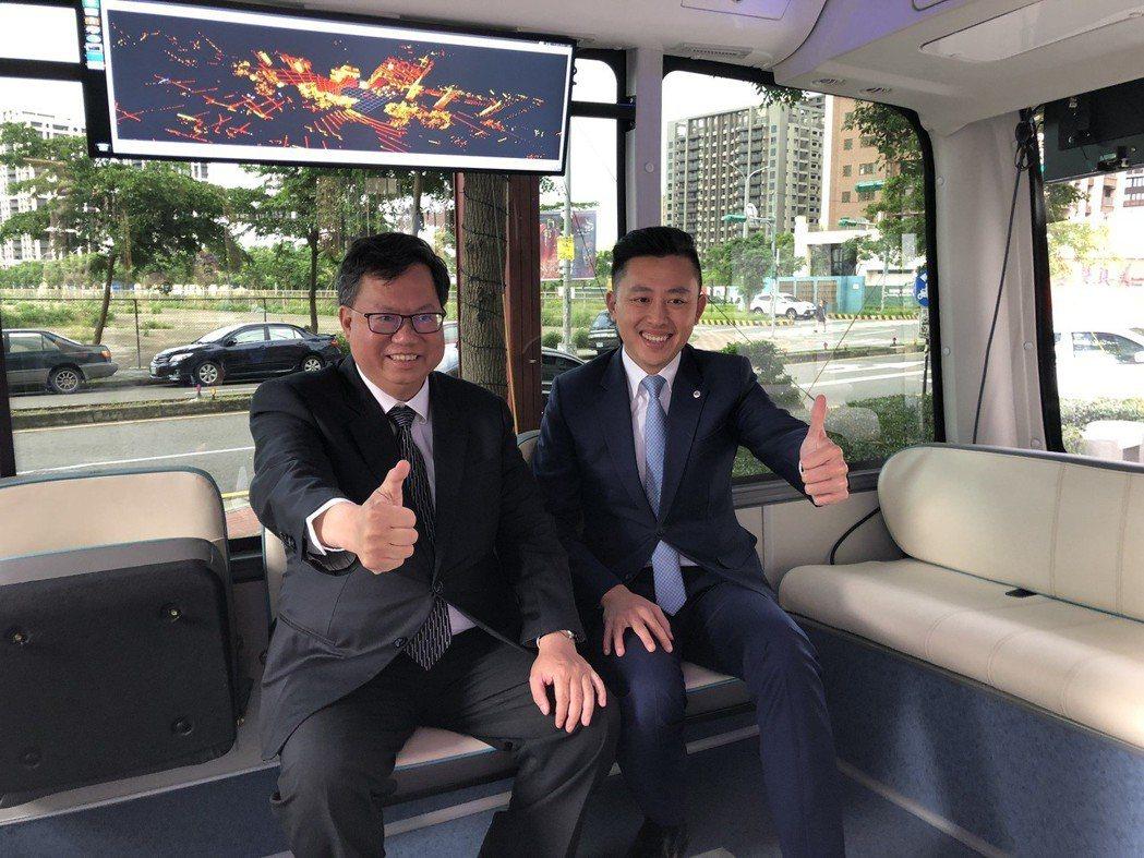 新竹市長林智堅(右)、桃園市長鄭文燦一起體驗自駕車。圖/新竹市府提供