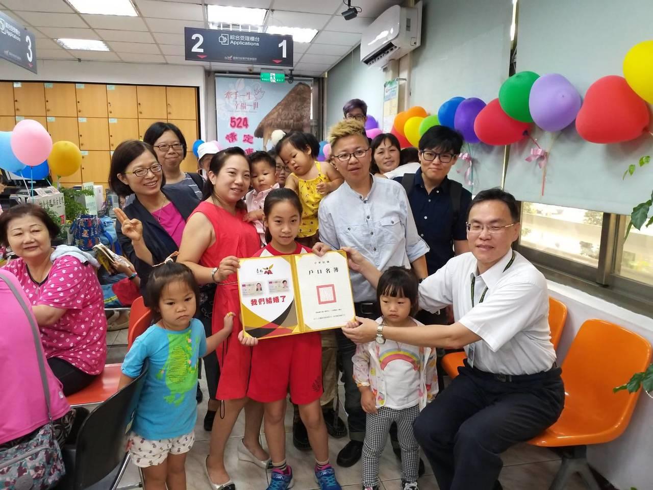 穆德、陳釩今帶著4名孩子到府東戶政事務所登記結婚。圖/府東戶政事務所提供