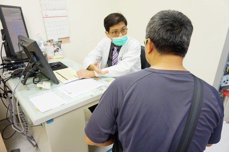新竹馬偕醫院一般外科醫師莊樹宏提醒,肝臟腫瘤在早期沒有任何症狀,需要抽血檢驗以及...