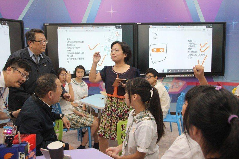 新北市長侯友宜今到明志國中和學生一起體驗在智慧教室上課,分組討論的內容馬上就投影到螢幕。記者魏翊庭/攝影