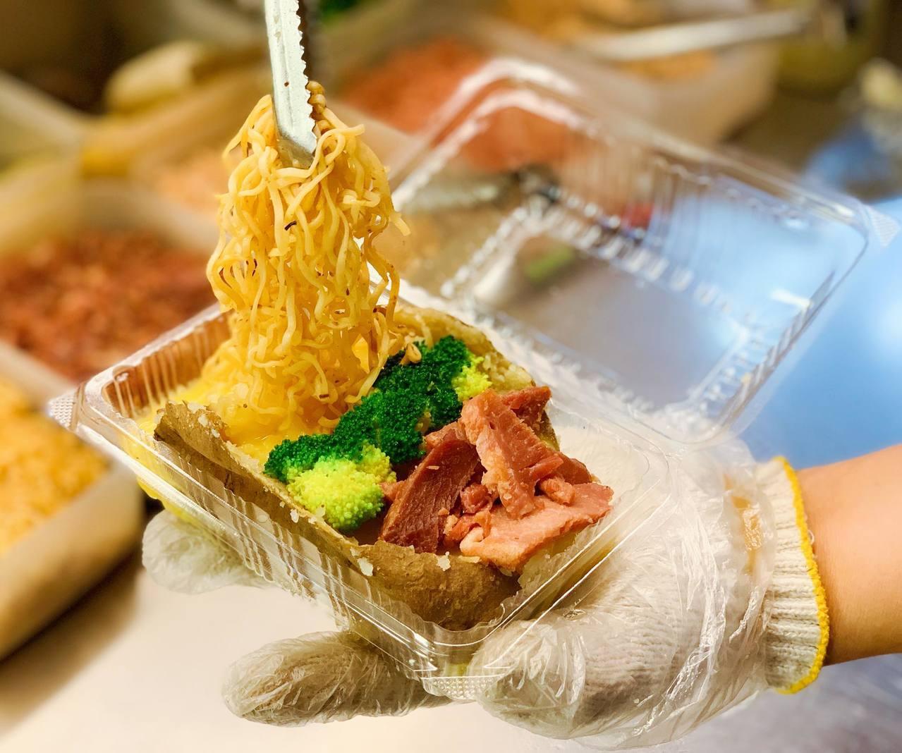 一家之薯「叉燒佐肉燥麵起司」加入豐富佐料調味,讓人大呼過癮。記者徐力剛/攝影