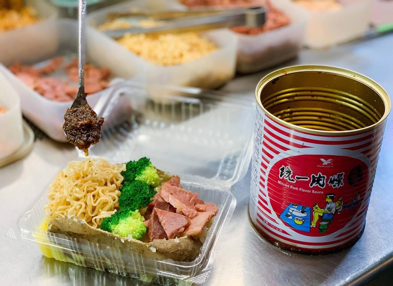 出餐前加入特製統一肉燥點綴,風味十足。記者徐力剛/攝影