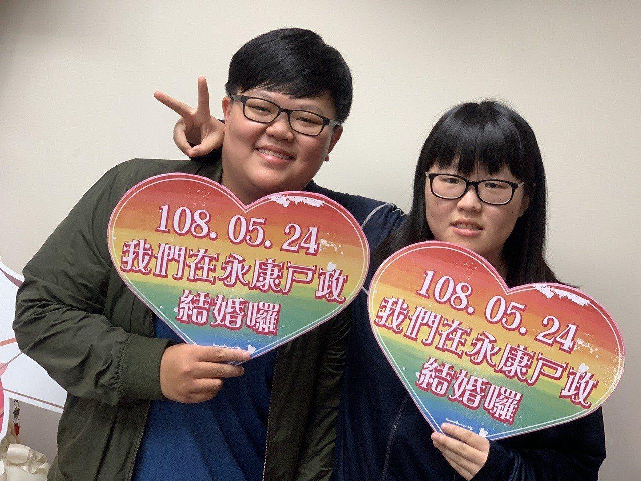 同志開放結婚登記首日,台南永康吳暐樂(右)、岩湘蓁上午完成登記,是台南市預約首對...