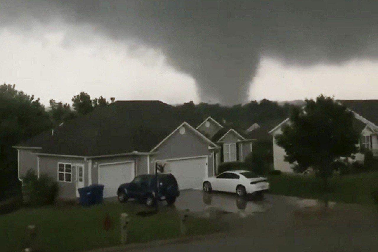 美國密蘇里州22日深夜開始遭到龍捲風襲擊,在該州戈登市(Golden City,...