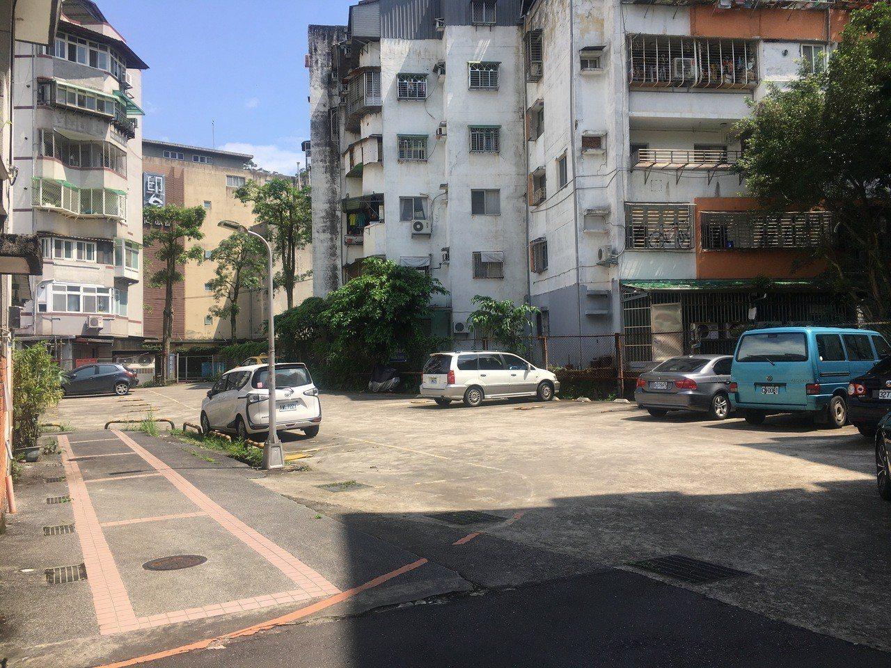 政大認為不應將化南新村停車場劃入聚落建築群保存範圍中。記者魏莨伊/攝影