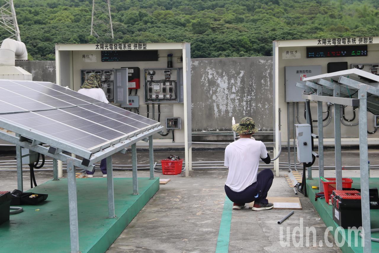 受刑人接受太陽光電乙級技術士培訓。記者余采瀅/攝影