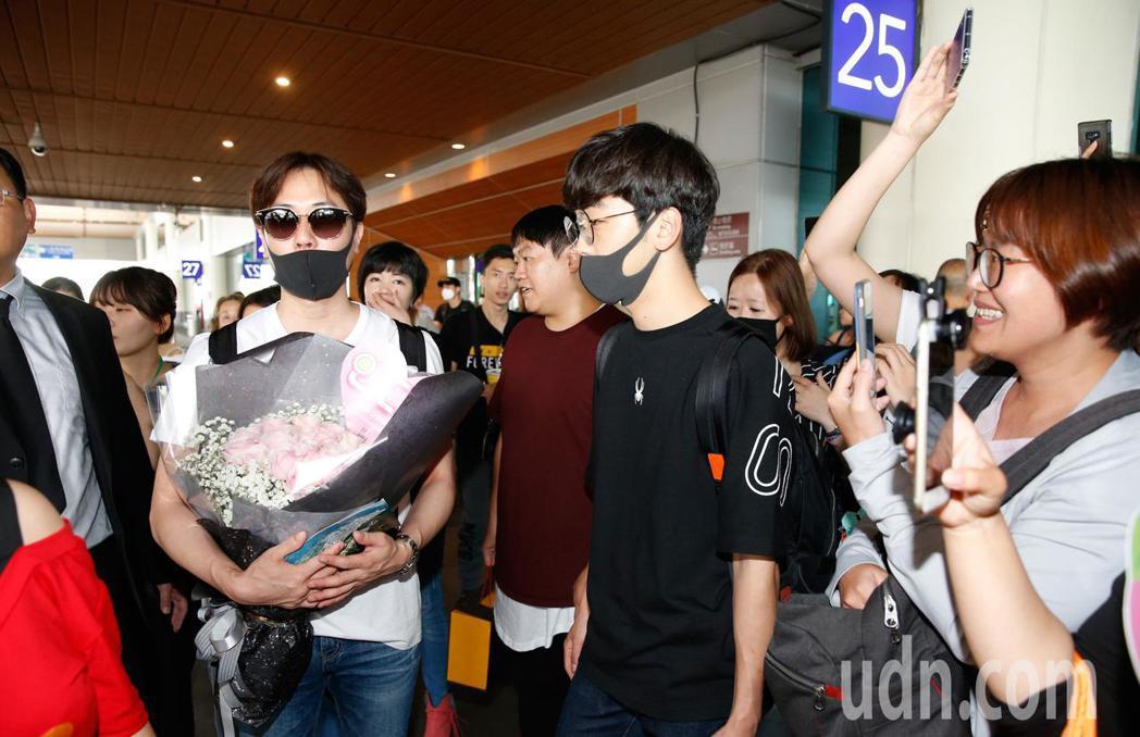 韓團「神話」的ANDY(左)中午抵台,近百位粉絲前來接機。記者鄭超文/攝影