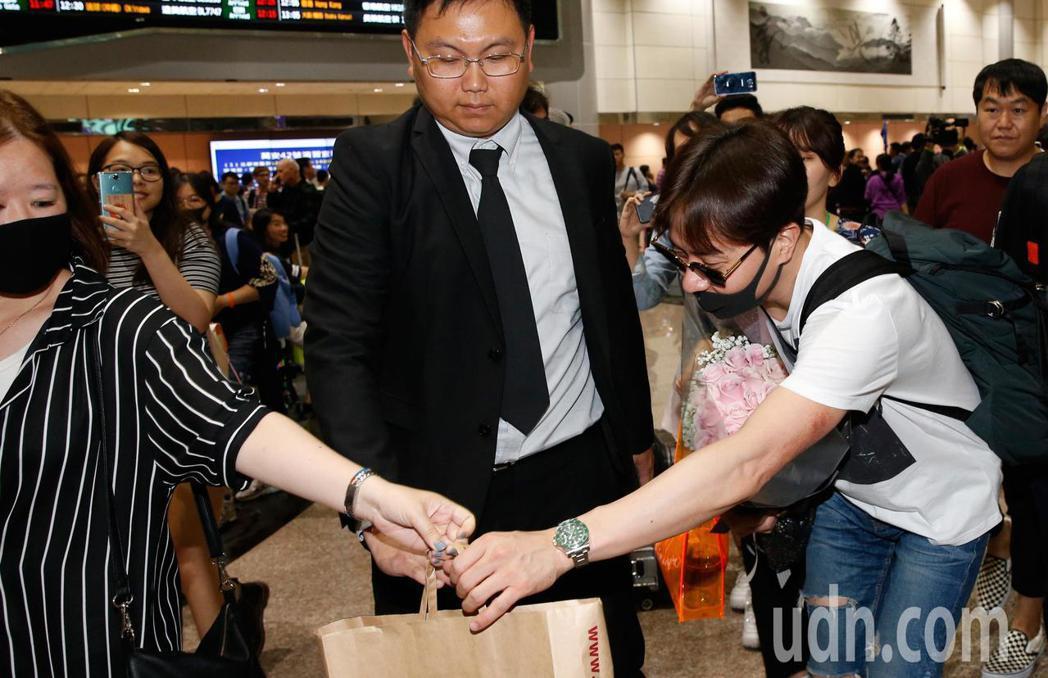 韓團「神話」的ANDY(右)中午抵台,並親手收下粉絲的禮物。記者鄭超文/攝影