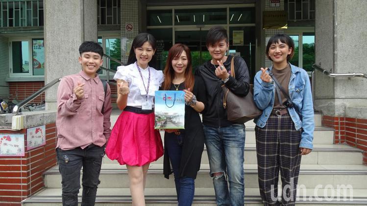 台東市單彥禎(右2)和員林市楊佩雯(中)今天搶頭香,到員林戶政事務所完成同婚登記...
