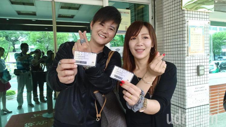 台東市單彥禎(左)和員林市楊佩雯今天搶頭香,到員林戶政事務所完成同婚登記,成為彰...