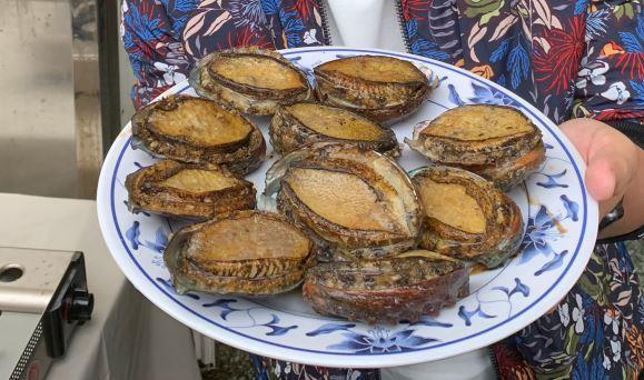 蔡英文總統月初到貢寮區漁會和漁村媽媽們一起包粽子,內餡竟是整個肥美貢寮鮑魚,讓人...