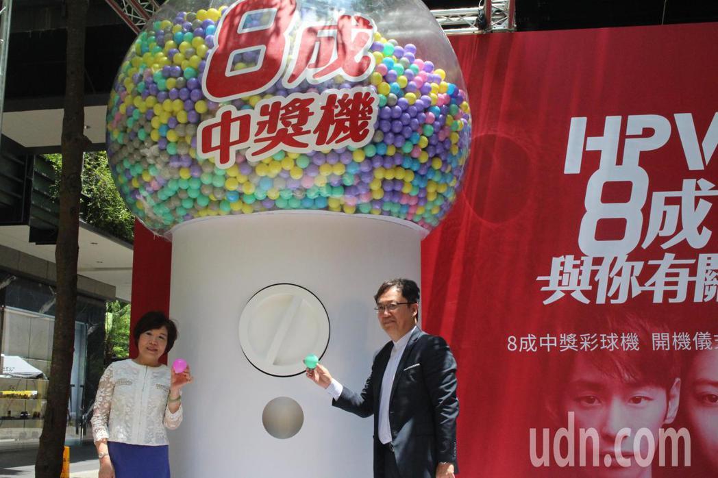 巨型彩球機「8成中獎機」中80%的求是彩色球,代表感染到HPV;灰色求則代表沒有...