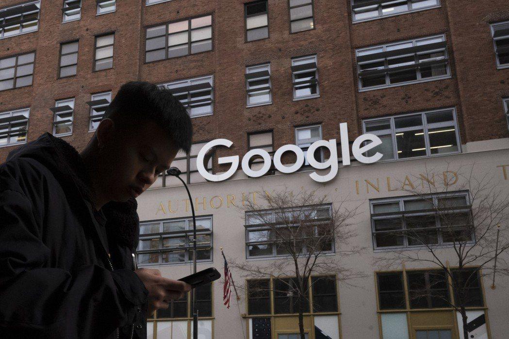 一位行人走過Google紐約辦公大樓前。Google近年在目前的辦公大樓附近街區...