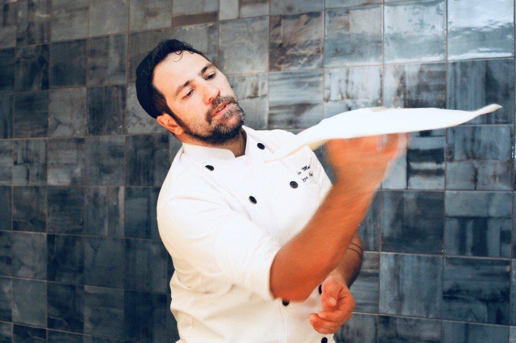 法比歐透過「拋披薩皮」吸引顧客目光,不僅有趣又增添食慾。 圖/王朝大酒店提供。
