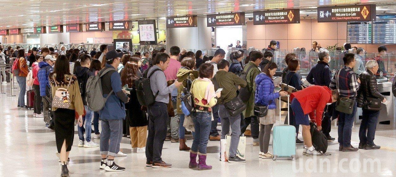 27日萬安演習,桃機航班正常起降。本報資料照片