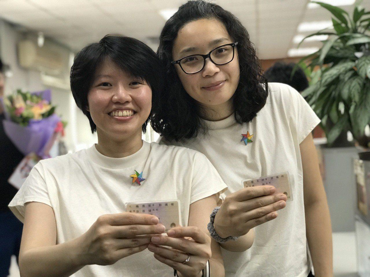 苗栗縣女同志伴侶楊珣(左)和徐蓓婕,成為苗栗縣第一個登記的同志伴侶,開心分享她們...