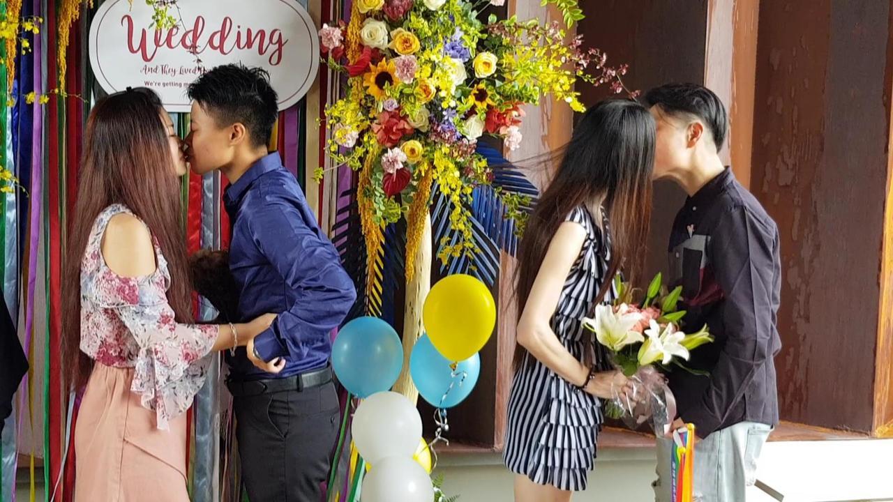 兩對同婚新人在眾人的見證下親吻示愛。記者黃瑞典/攝影