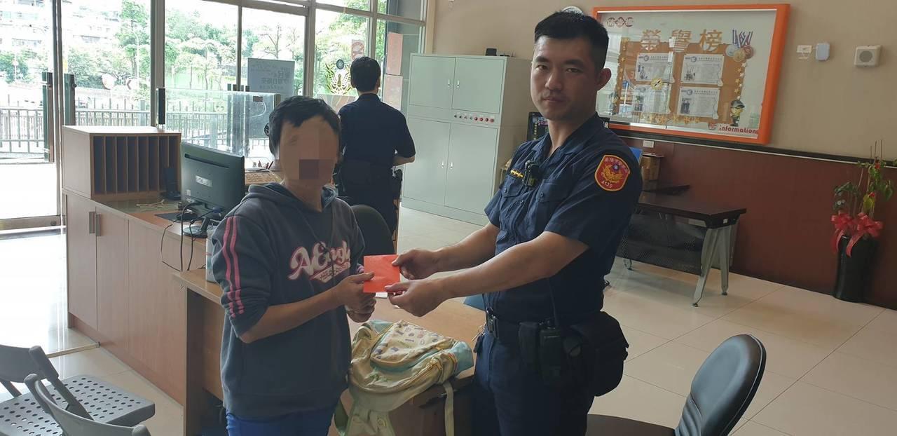 李姓警員依規定受理,警員還自掏腰包拿500元包紅包給她應急,要她趕快去看醫生。圖...