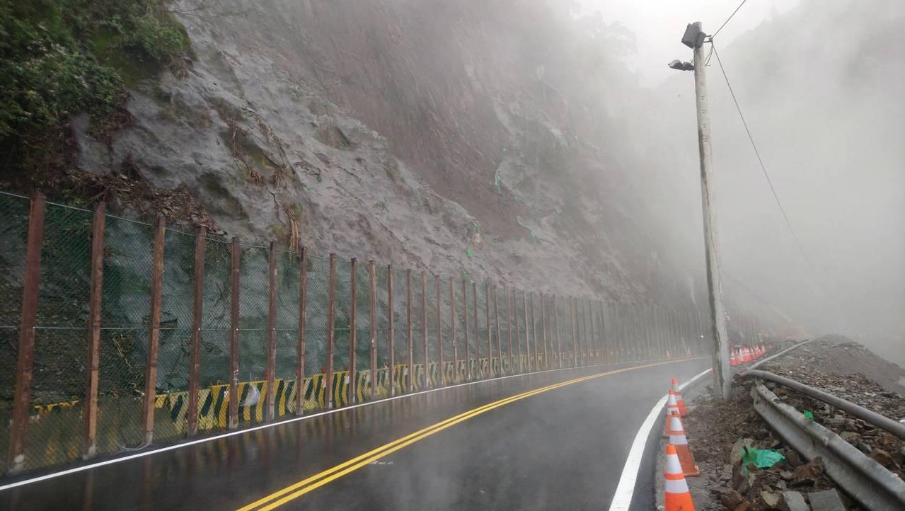 台18線阿里山公路78公里路段的塌方經連日搶修,今晚起恢復夜間通車。記者謝恩得/...