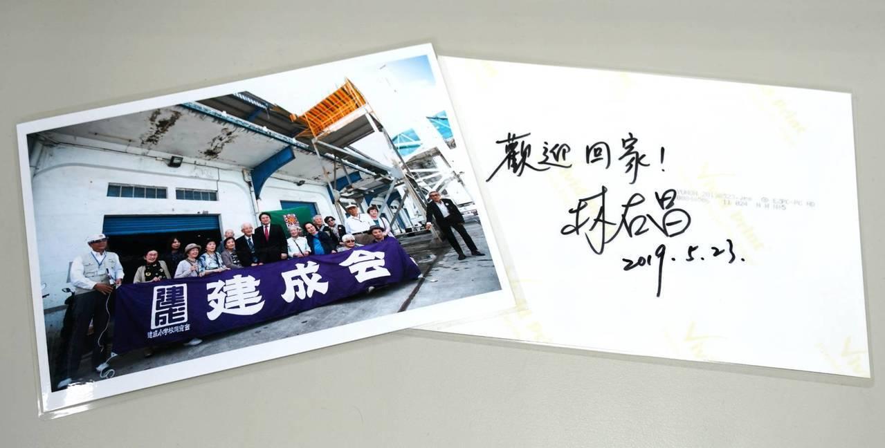 基隆市長林右昌,利用中午休息時間,逐一在合照上簽名相送,寫上「歡迎回家」,他說,...