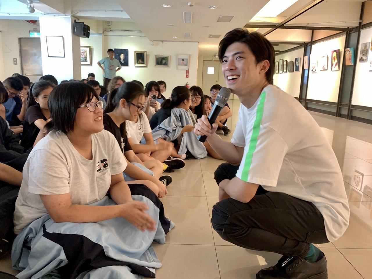 林哲熹跟中一中學弟妹說,可以同時「做著別人的期望,又做自己想做的事」,雖然辛苦,...