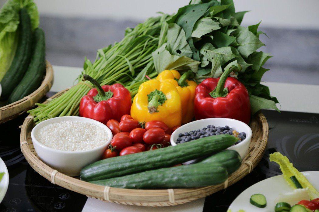 營養師調配促進唾液分泌幫助的菜餚。記者謝恩得/攝影
