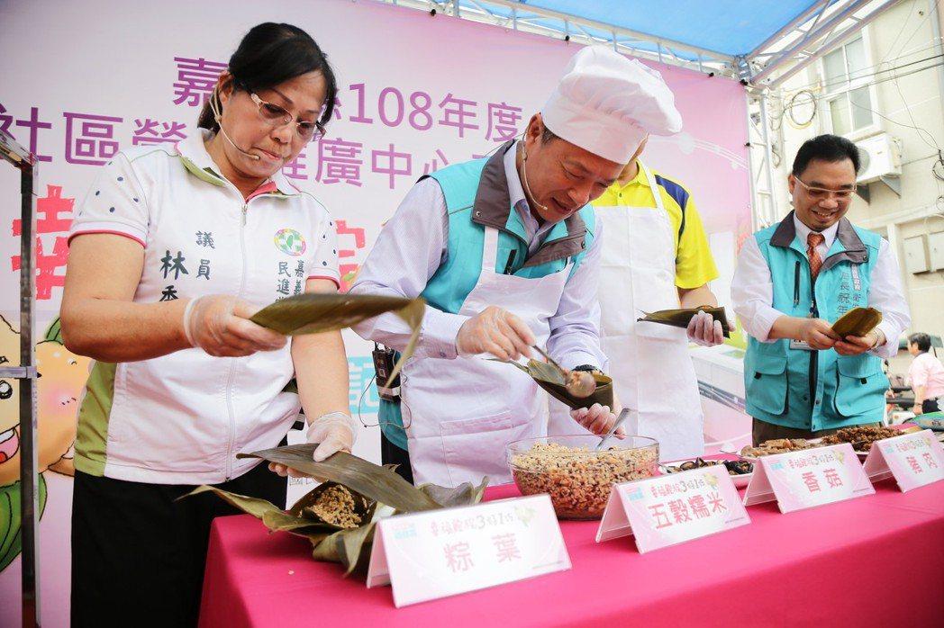 縣長翁章梁(左二)學做少油少鹽低脂好消化的健康五穀粽。記者謝恩得/攝影