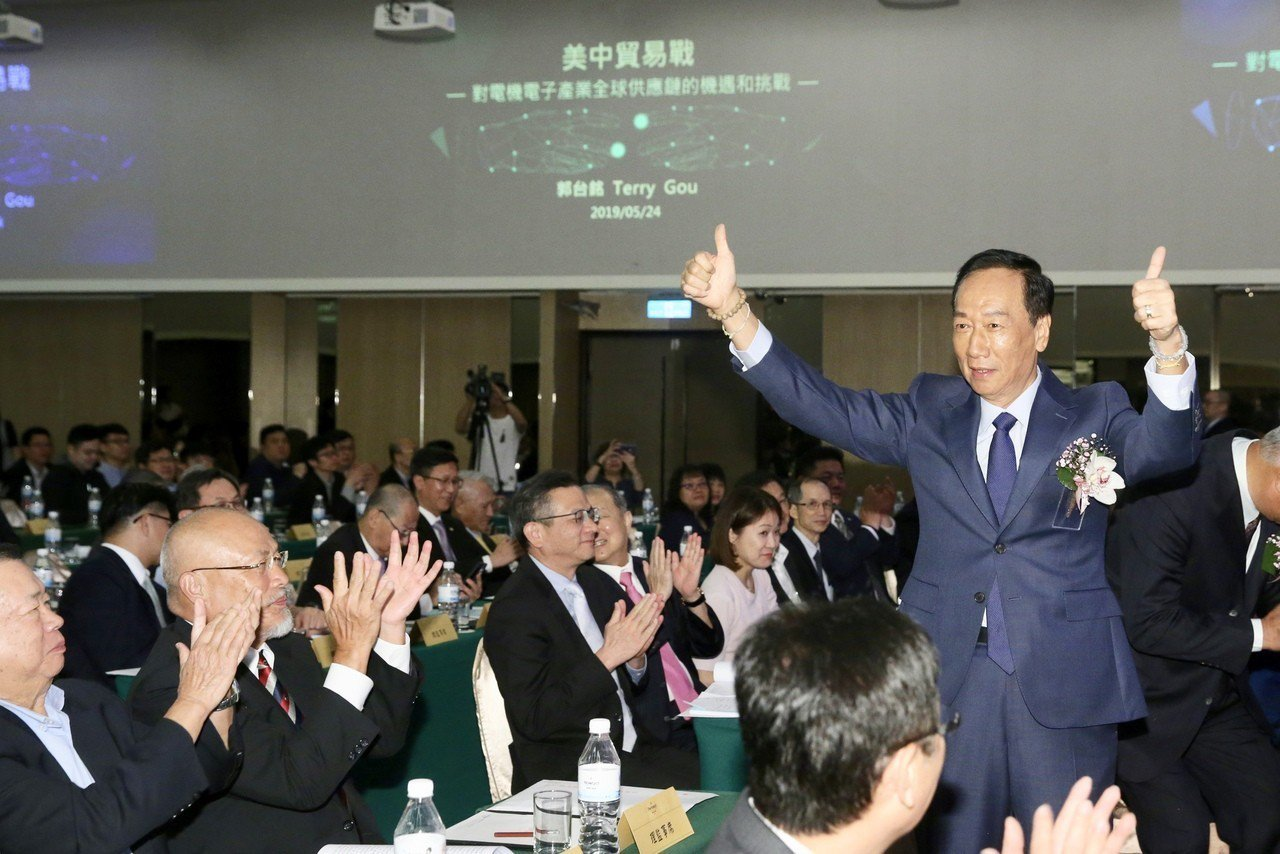 台灣區電電公會會員大會下午邀請鴻海董事長郭台銘(右一)以「美中貿易對電機電子產業...