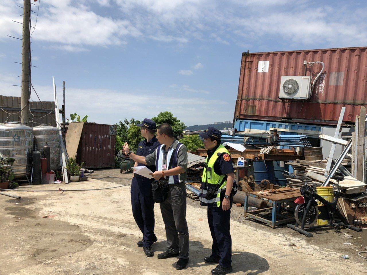蘆洲警方破獲職業賭場,在專案小組的配合下,進行強力拆除。記者巫鴻瑋/翻攝
