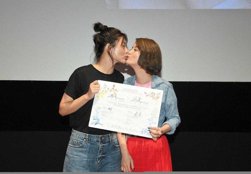 小蠻(左)、王樂妍(右)化身舞台劇「偽婚男女」角色,搭上同婚議題,搶先結婚。圖/