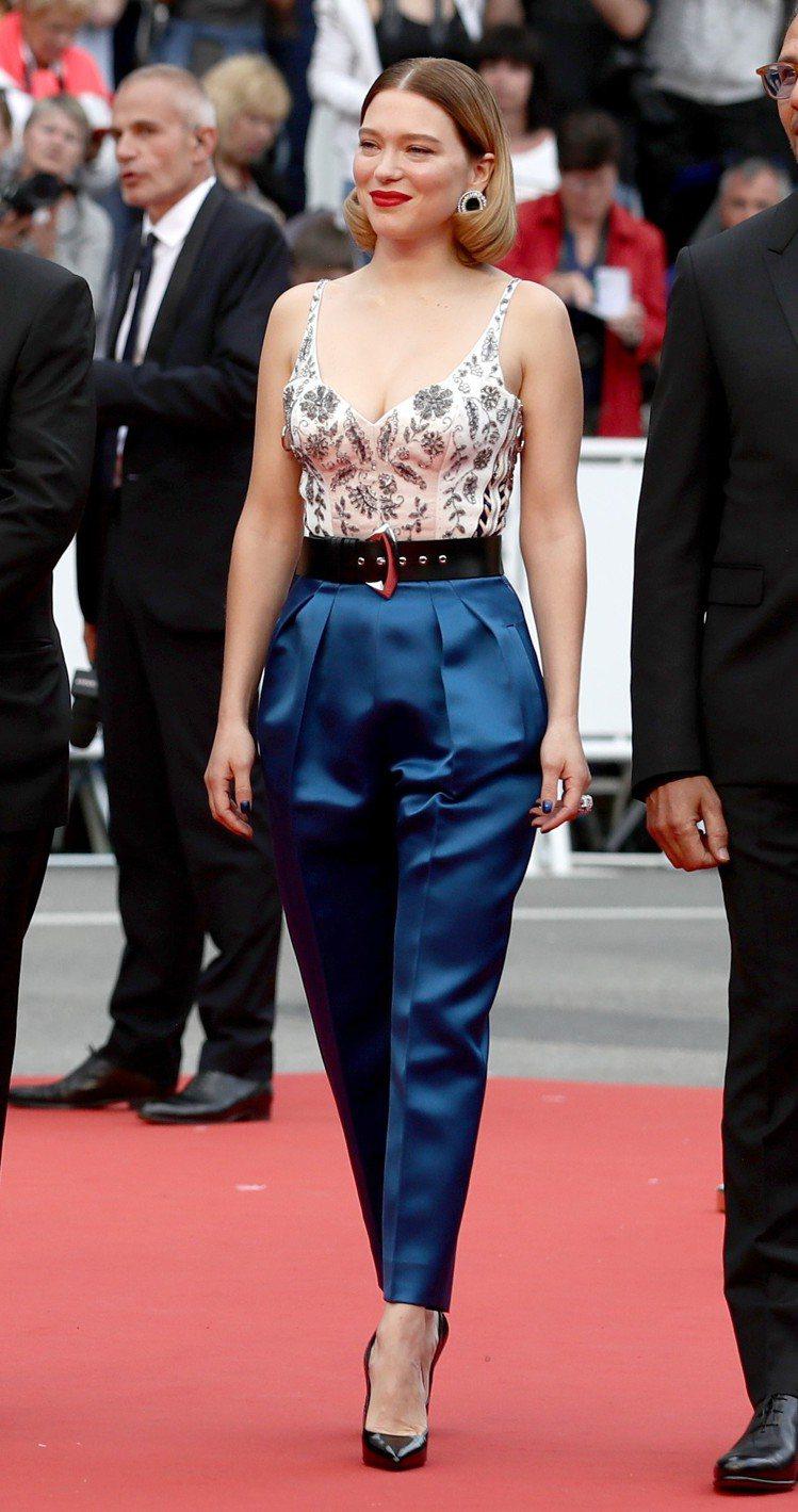 蕾雅瑟杜穿路易威登花朵刺繡上衣搭配寶藍色緞面長褲,好看極了。圖/LV提供