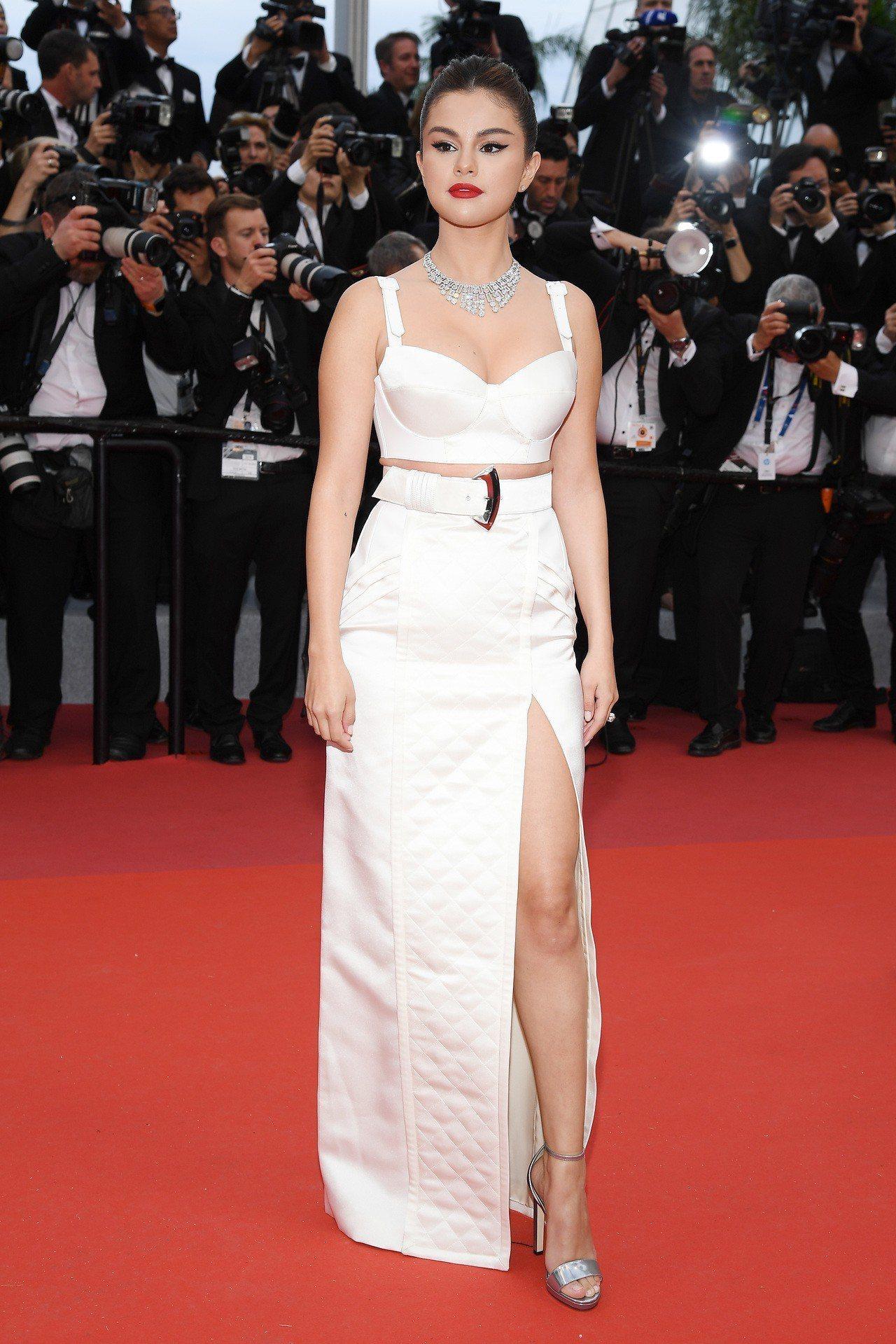 瑟琳娜戈梅茲Selena Gomez身著路易威登白色系服裝,露出小蠻腰。圖/LV...