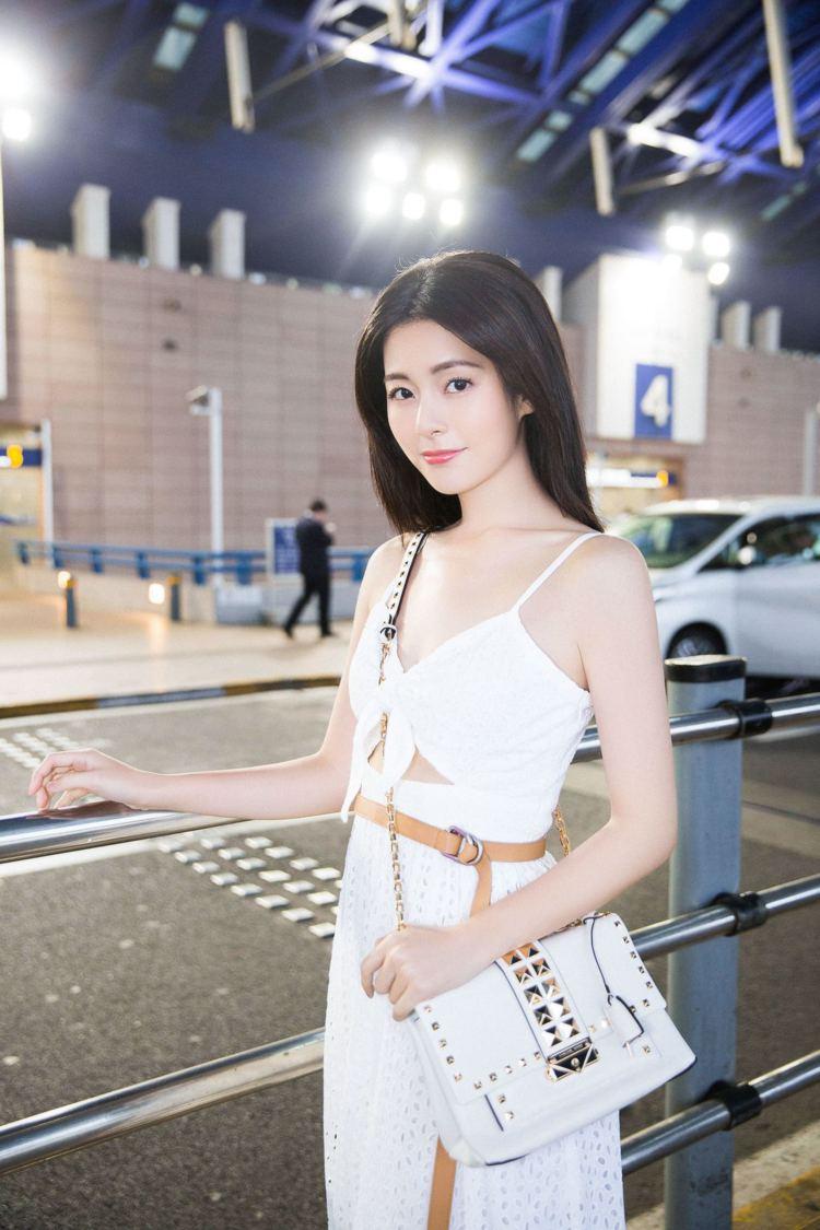 任容萱穿2019夏季服裝、肩背CECE鍊帶鉚釘包,準備前往坎城。圖/MICHAE...