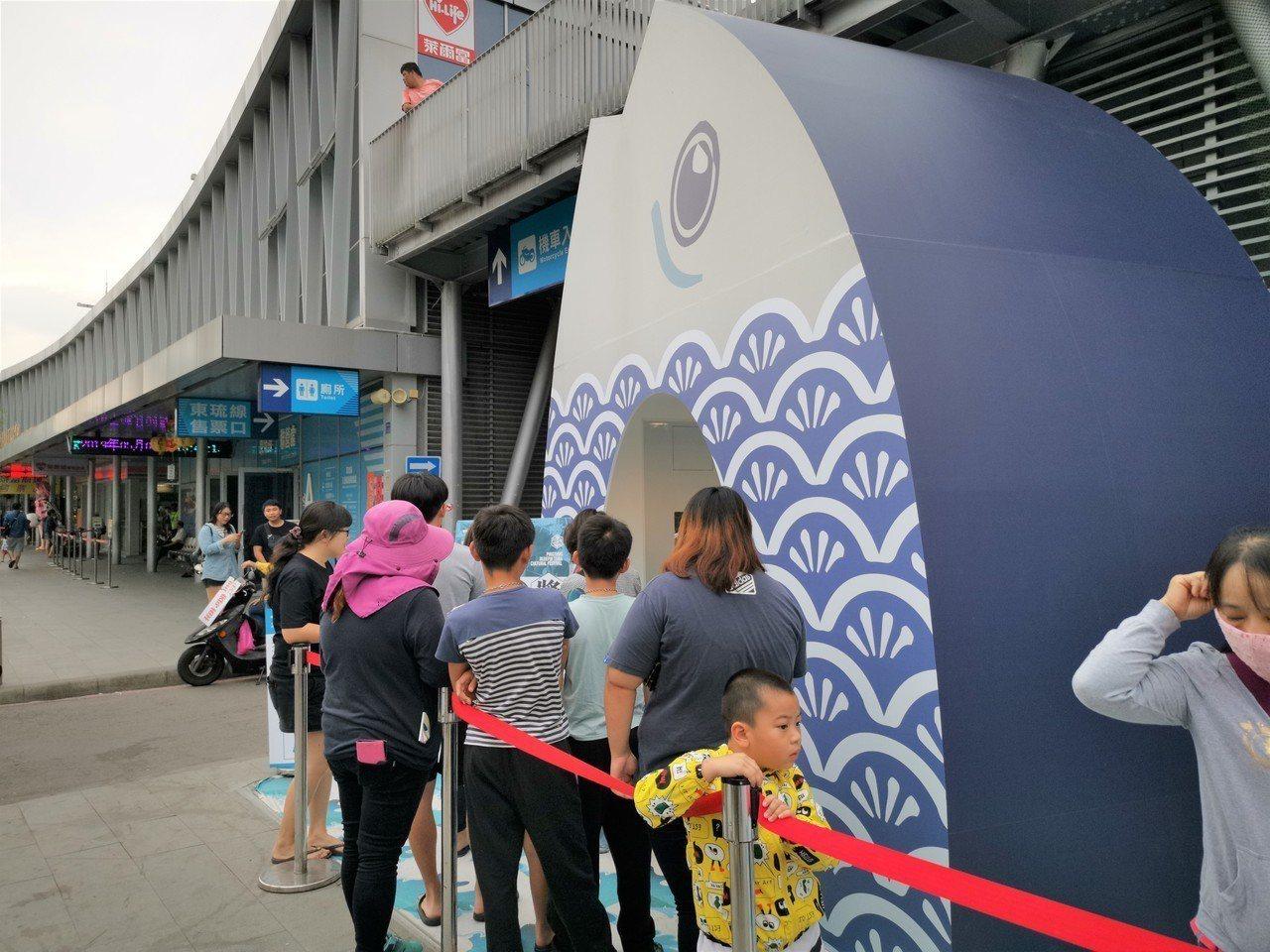 屏東縣政府在東琉線碼頭旁推出4公尺高的「大鮪扭蛋機」,自5月4日開放後,首波推出...