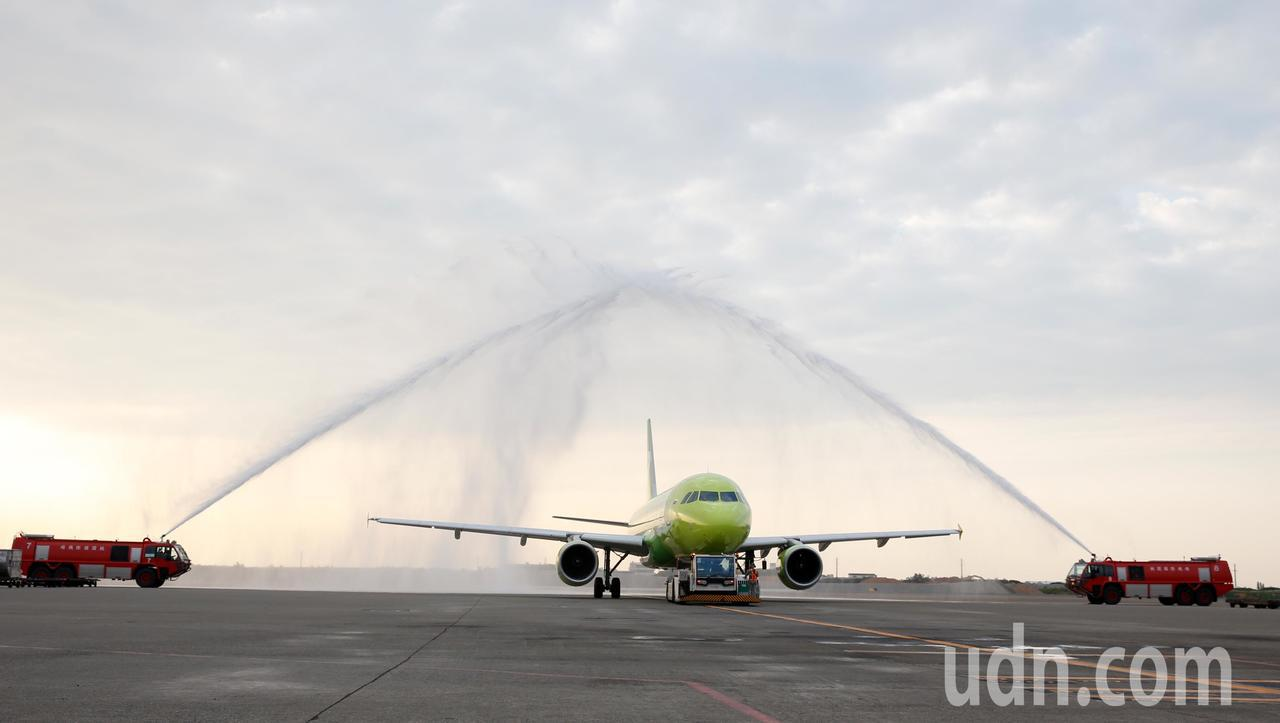 西伯利亞航空台北-海參崴直航班機傍晚從桃園機場首航,桃機公司特別舉行灑水儀式慶祝...