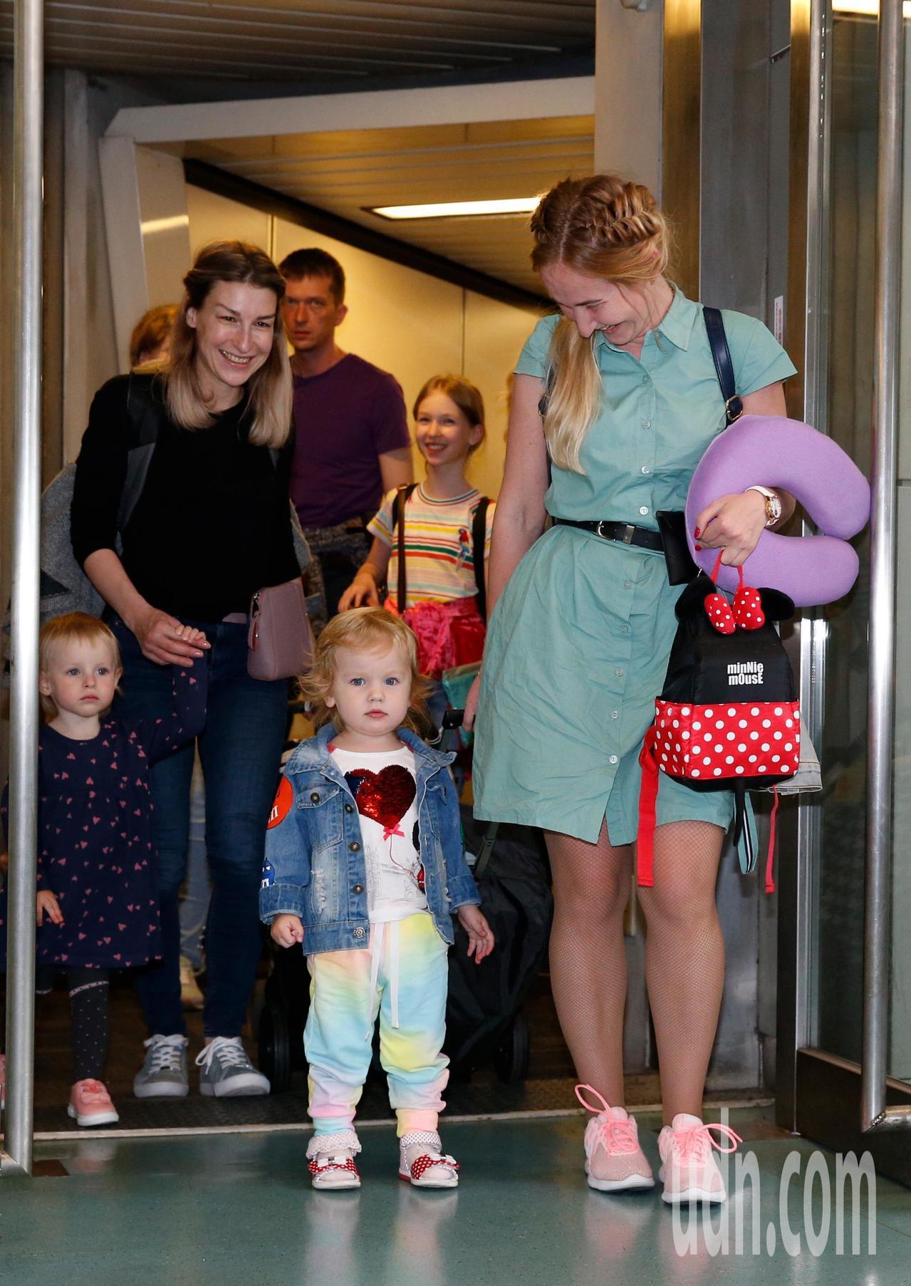 西伯利亞航空台北-海參崴直航班機傍晚從桃園機場首航,從俄羅斯來旅客攜家帶眷一起來...