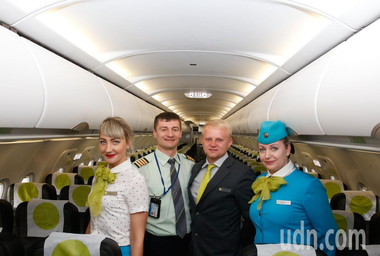 西伯利亞航空台北-海參崴直航班機傍晚從桃園機場首航,機組員一起在機艙內合影。記者...