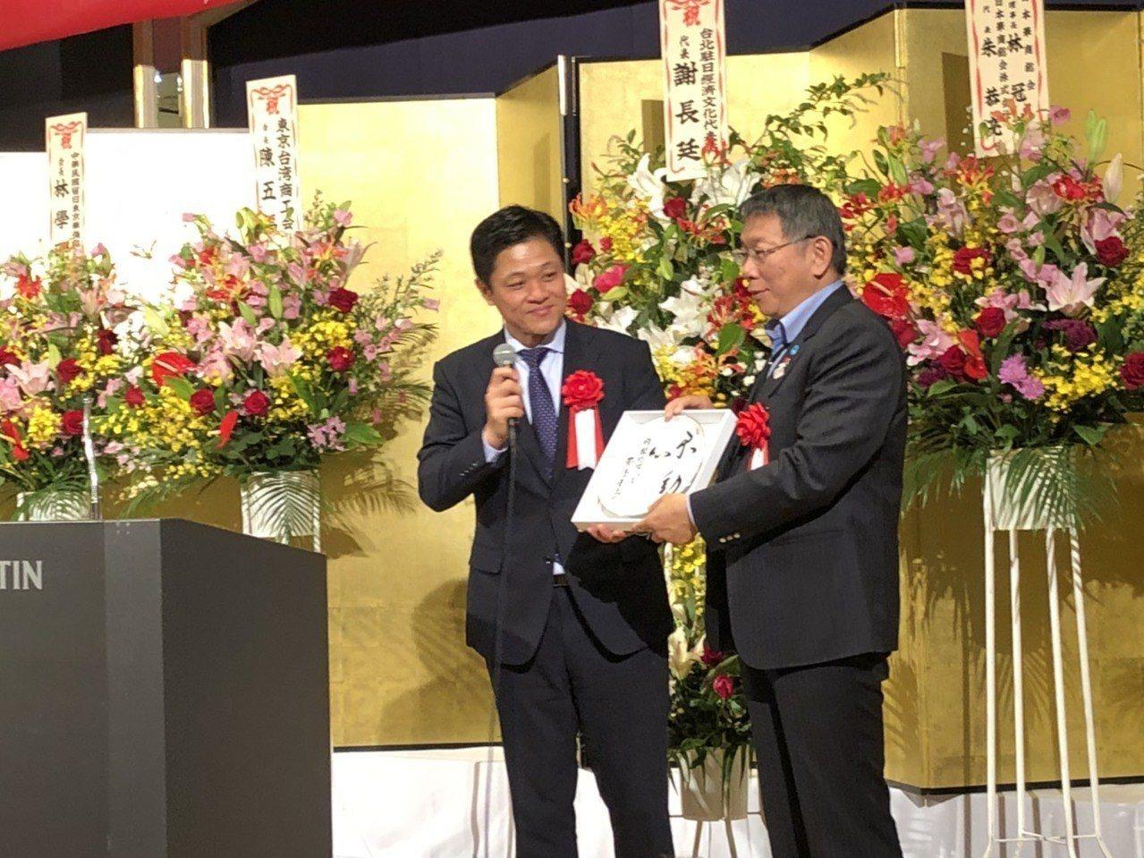 台北市長柯文哲訪日第二天,今晚出席東京台灣商工會舉辦的歡迎晚宴,商公會送上由日本...