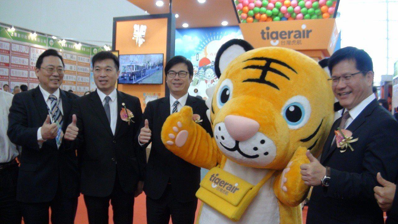 行政院副院長陳其邁(左三)說,已請交通部從明年開始,全力支持南部的旅遊展,讓旅遊...