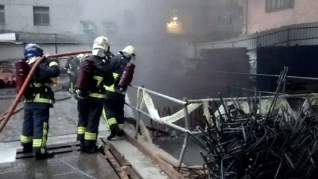 新北市中和區景新街355巷內一處10層樓建築工地今天晚上6時許發生火警,消防局出...