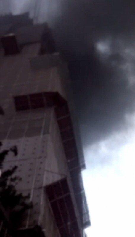新北市中和區景新街一處10層樓建築工地今晚發生火警,疑似地下室建築板模起火,冒出...
